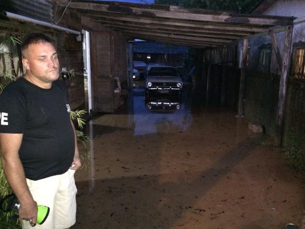 Morador de Viamão lamenta alagamento de sua casa durante o temporal (Foto: Juliano Posada/RBS TV)