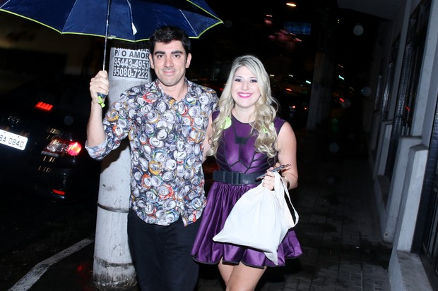 Marcelo Adnet e Dani Calabresa no aniversário da humorista na noite de sábado, 14 (Foto: Thiago Duran/AgNews)
