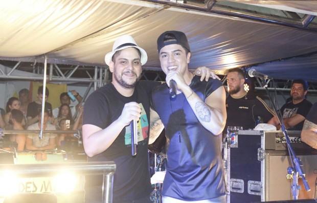 Jorge, da dupla com Mateus, e MC Kevinho (Foto: Fred Pontes/Balada In/Divulgação)