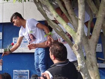 Namorado de Bruna, Gabriel Brito, colocou rosa vermelha junto ao caixão (Foto: Katherine Coutinho / G1)