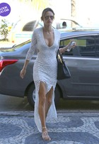 Look do dia: Alessandra Ambrósio usa vestido branco com fendas no Rio