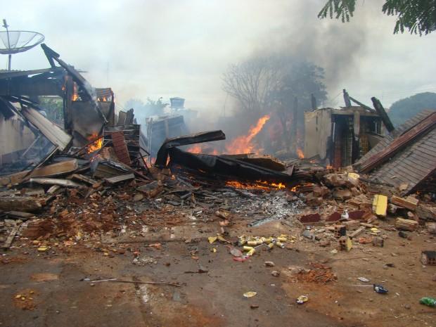 Distribuidora de bebidas estava fechada no momento do incêndio (Foto: Vilson Nascimento/ A Gazetanews)