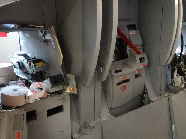 Bando explodiu dois dos três caixas automáticos da agência bancária (Foto: Witter Veloso/TV TEM)