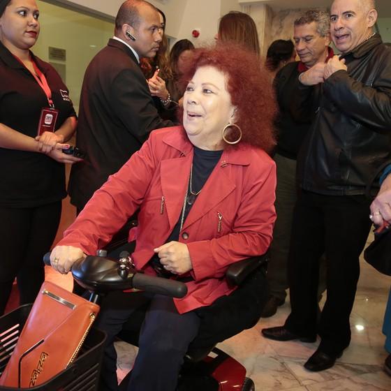 Animada, a sambista Beth Carvalho chegou a bordo do Beth-móvel, que é como ela chama sua cadeira de rodas (Foto: Felipe Panfili/ Divulgação)