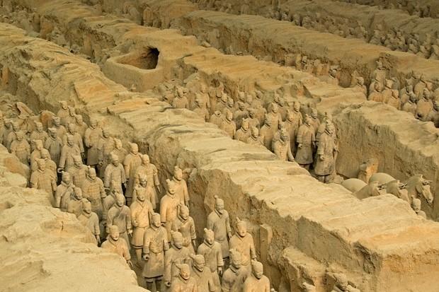 Cinco das onze colunas de guerreiros de terracota encontrados na fossa 1 do mausoléu do imperador Qin Shihuangdi (Foto: © Haroldo Castro/Época)
