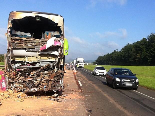 Ônibus bateu na traseira de caminhão no quilômetro 120 da SP-280 (Foto: Felipe Bela/TV TEM)
