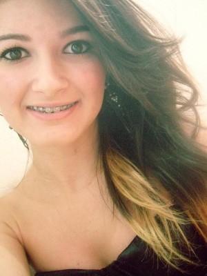 Thays Mendes de 19 anos foi atingida por bomba caseira, em Anápolis, Goiás (Foto: Reprodução/Facebook)