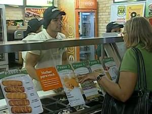 Restaurantes e lanchonetes selecionam atendentes (Foto: Reprodução / G1)
