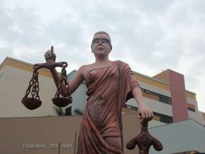 Estátua da deusa grega da Justiça, Dice, no Fórum de Campo Grande (Foto: Adriel Mattos/G1 MS)