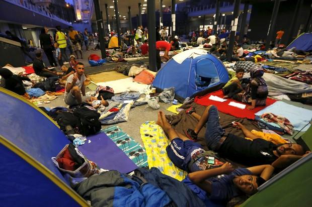 Migrantes acampados em estação de Budapeste na quinta-feira (28) (Foto: Laszlo Balogh/Reuters)