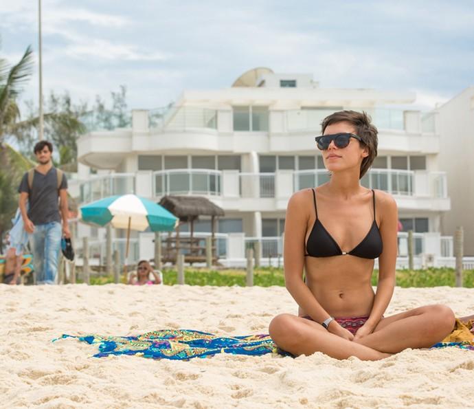 Jonatas encontra com Leila na praia (Foto: Fabiano Battaglin / Gshow)