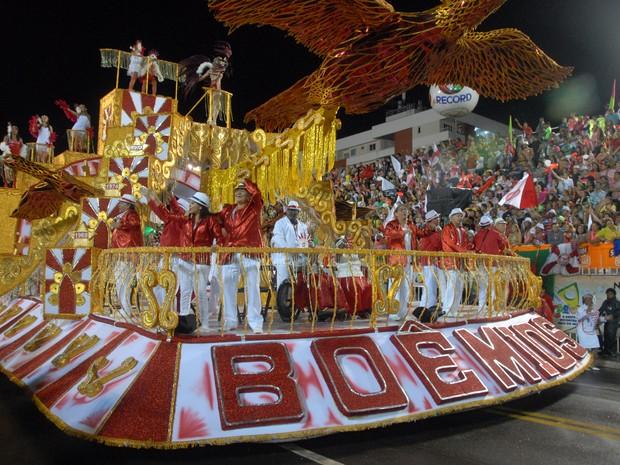 Agremiação se apresentou com as tradicionais cores vermelho e branco (Foto: Gabriel Penha/G1-AP)