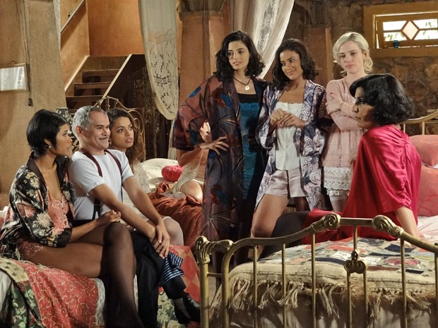 Empolgadíssimo, Miss Pirangi avisa às amigas que vai viver com o coronel na fazenda (Foto: Gabriela / TV Globo)