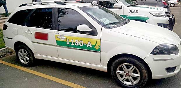 Táxi que era dirigido por suspeito de estuprar passageira perto do Aeroporto JK, em Brasília (Foto: Gustavo Schuabb/G1)