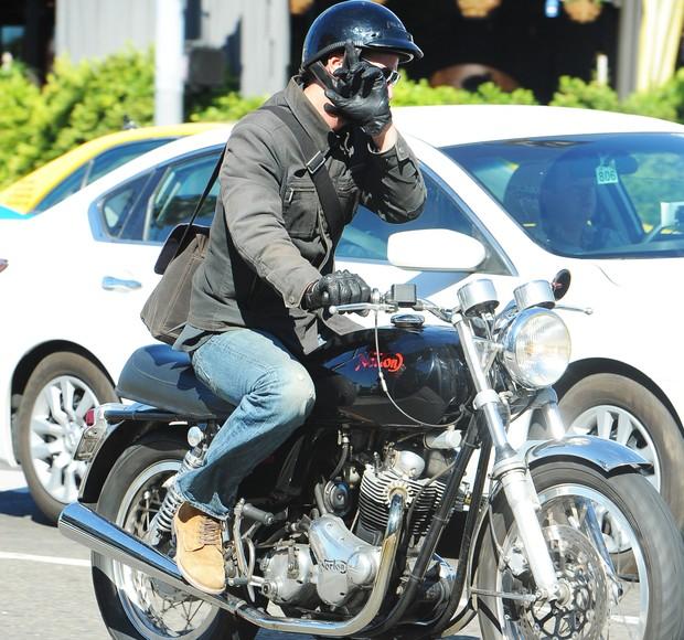 Keanu Reeves anda de moto pelas ruas de Los Angeles, nos Estados Unidos (Foto: AKM-GSI Brasil/ Agência)