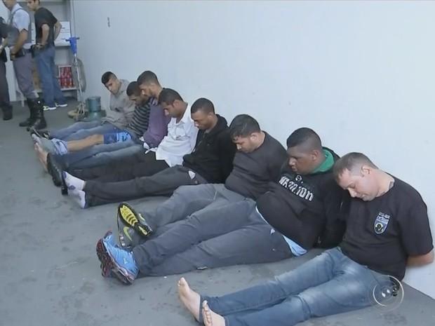Oito homens se entregaram prontamente  (Foto: Reprodução / TV TEM)