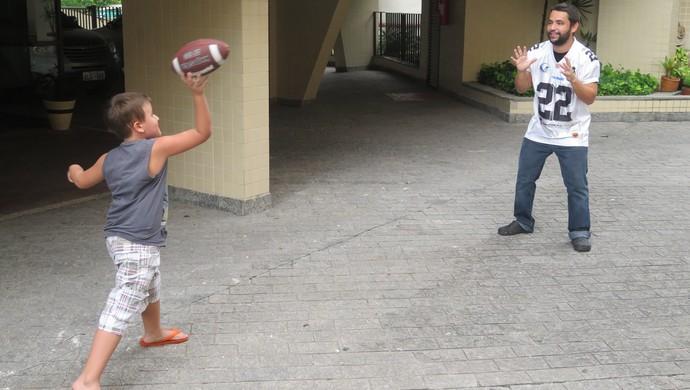 César, de sete anos, já está seguindo os passos do pai com a bola oval (Foto: Cássio Lyra)