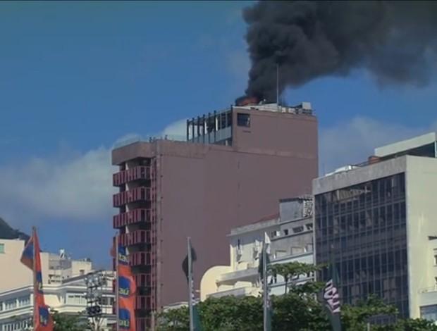 Hotel pega fogo perto da Arena Copacabana nesta sexta-feira (Foto: Frame SporTV)
