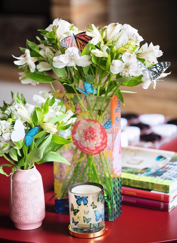 Borboletas. Zanzando sobre as astromélias, borboletas feitas de papel em impressora colorida. Vaso rosa pequeno da Villa Pano (Foto: Elisa Correa / Editora Globo)