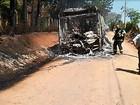 Ônibus pega fogo após motorista perceber problemas elétricos