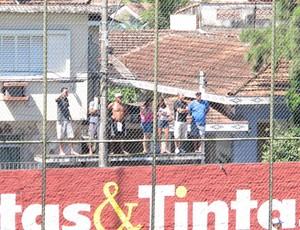 Sete torcedores se arriscaram para acompanhar a partida do São Vicente (Foto: Fúlvio Feola)