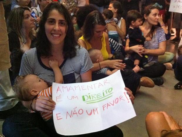A produtora cultura Flora Assumpção, de 31 anos, segura cartaz durante mamaço no MIS, em SP, neste domingo (Foto: G1)