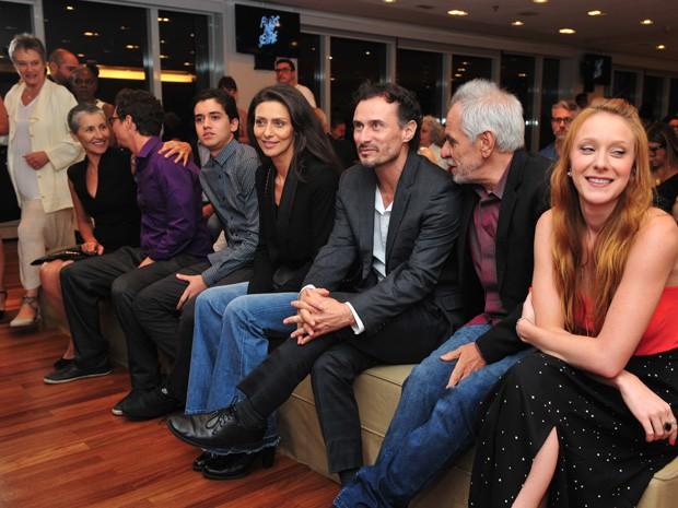 Ao lado do elenco, Maria Fernanda lança a minissérie (Foto: Reinaldo Marques/Gshow)