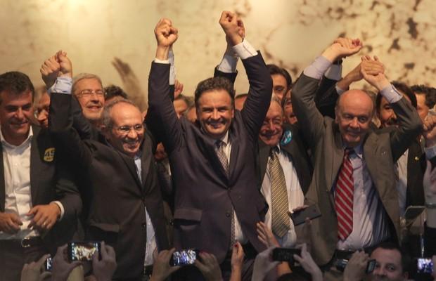 Aécio Neves (PSDB) feliz com os novos aliados (Foto: Ailton de Freitas/Agência O Globo)