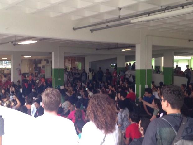 Manifestantes caminharam pela Avenida Mauro Ramos e se reuniram dentro do IFSC (Foto: Divulgação)
