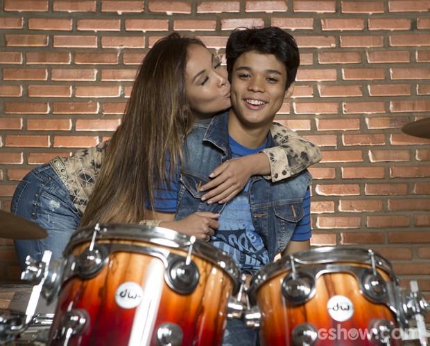 Beijo de mãe: confira o carinho da japa por Juan  (Foto: Felipe Monteiro / TV Globo)