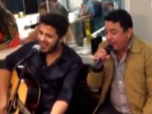 Cristiano Araújo canta com o pai em evento particular (Foto: Arquivo Pessoal/Daiane Novais)