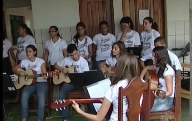 Músicas, alegria e descontração fizeram a diferença na tarde dos idosos (Foto: Rondônia TV)