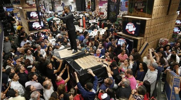 Consumidores disputam televisores em supermercado no bairro do Ipiranga, na zona sul de São Paulo. (Foto: Estadão Conteúdo)
