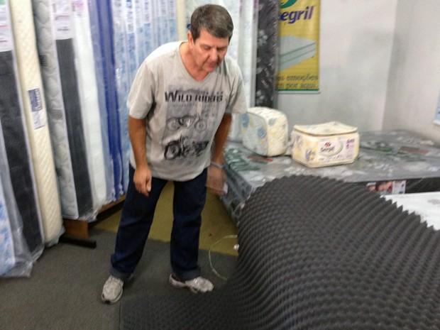 Espuma usada em isolamento acústico da Kiss foi comprada em loja de colchões (Foto: Giovani Grizotti/RBS TV)