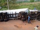 Caminhão carregado de lixo tomba após vento forte em Lins