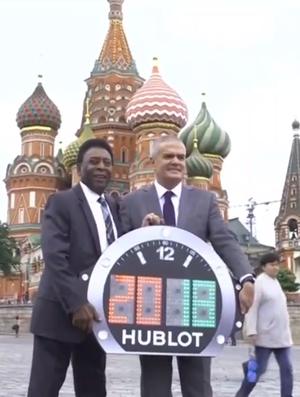 Pelé liga relógio na Rússia (Foto: Reprodução SporTV)