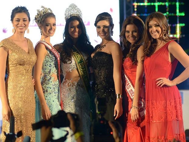 Ytala com as representantes do Miss Amazonas de 2010, 2011, 2012 e 2013 (Foto: Mário Oliveira/Semcom)