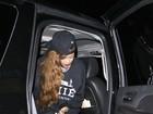 Só de casaco, Rihanna se diverte em boate com Chris Brown