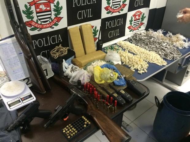 Armas de fogo e drogas foram apreendidas durante a operação Rei de Espadas (Foto: Divulgação/Polícia Civil)