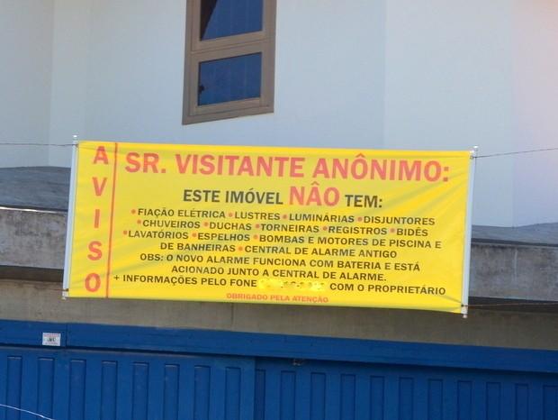 Faixa lista itens que não há em casa fechada em Piracicaba (Foto: Claudia Assencio/G1)