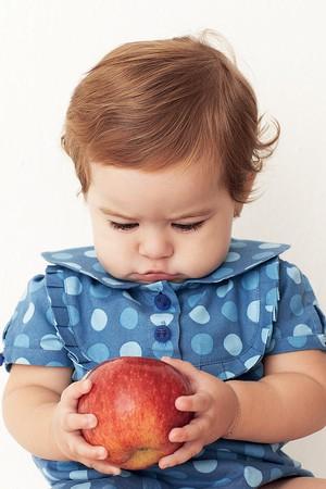 crianca; maça; alimentação (Foto: Christian Gaul)
