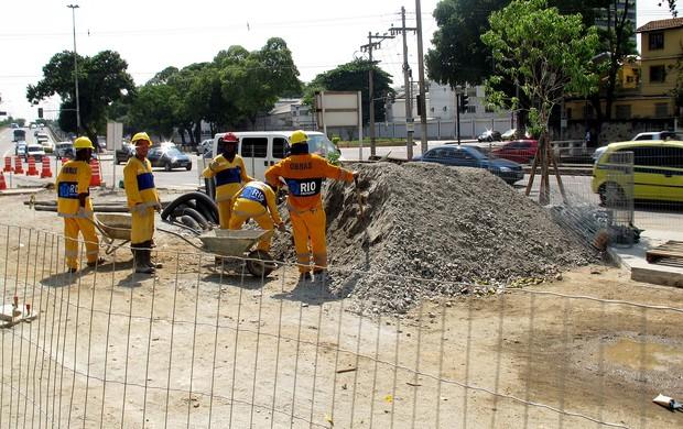 obras no entorno do estádio maracanã (Foto: Marcelo Baltar)