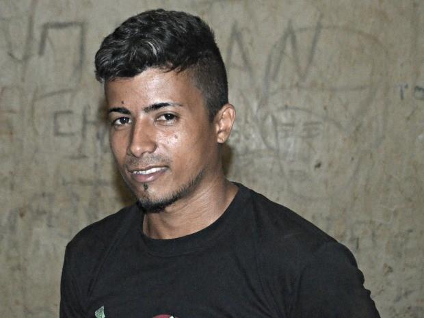 Ao ser apresentado pela polícia, suspeito fez pose para foto (Foto: Adelcimar Carvalho/G1)