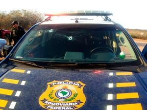 Carro da PRF foi atingido por vários disparos durante a perseguição aos criminosos (Foto: Divugação/PRF)