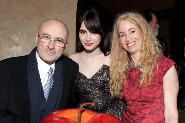 Phil Collins, sua filha, a atriz Lily Collins, e Jill Tavelman (Foto: Getty Images)