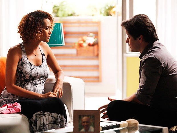Jonas se declara para Verônica e a jornalista fica emocionada (Foto: Raphael Dias/ TV Globo)