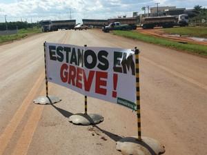 Placa na MS-306 alerta que rodovia esta fechada em razão da greve dos caminhoneiros (Foto: Alexandre Cabral/TV Morena)