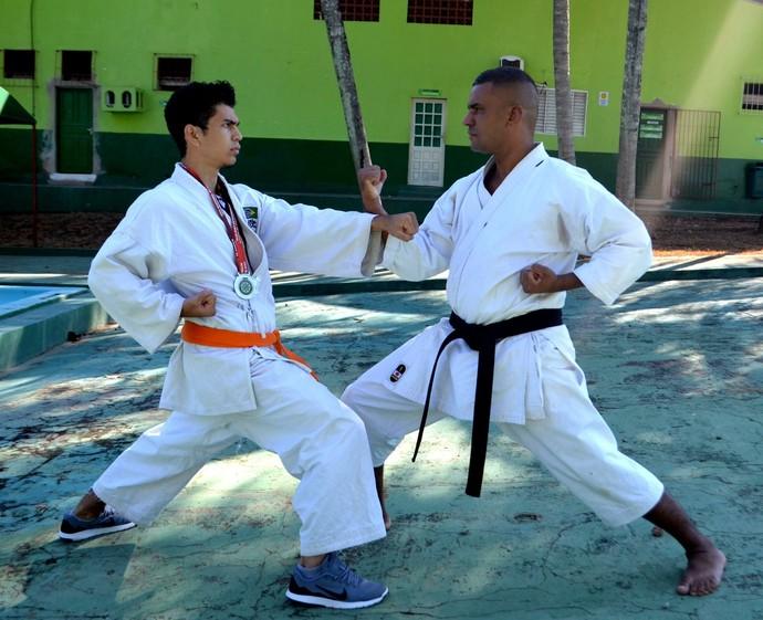 Carateca Francisco Gomes e seu mestre Juarez  (Foto: Nathacha Albuquerque)