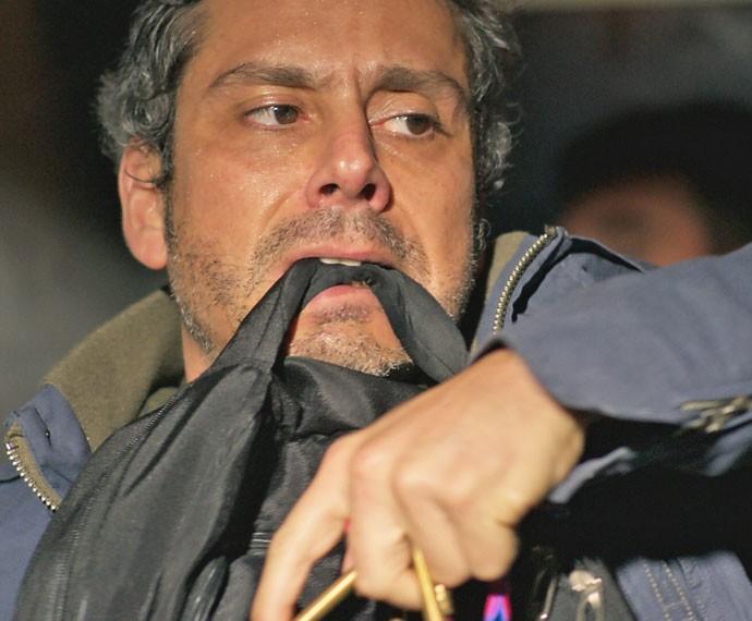 Tenso e debilitado, Romero retira da mochila parte do artefato (Foto: TV Globo)