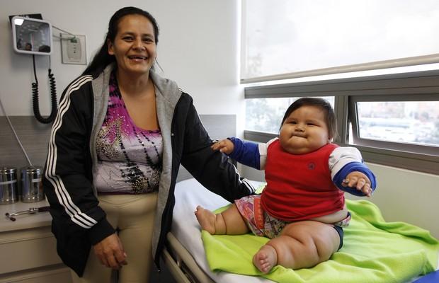 Eunice Fandino ao lado do filho Santiago Mendoza, de oito meses, em uma clínica em Bogotá, na Colômbia (Foto: AP Photo/Fernando Vergara)
